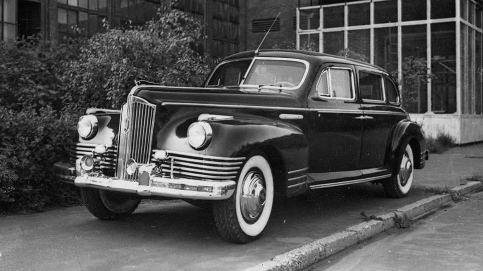 ЗИС-110С на территории завода имени Сталина. На колесах смонтированы покрышки модели Т-20 с белыми бортами, маскировавшими броневик под обычный ЗИС-110. В дальнейшем от белых боковин пришлось отказаться – с ними срок службы шин уменьшался в два-три раза