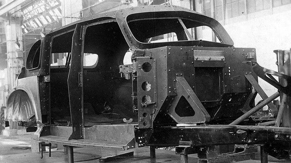 Каркас бронекорпуса, установленный на раму, задняя часть кузова обшита наружными панелями – пространство между корпусами оставалось пустым