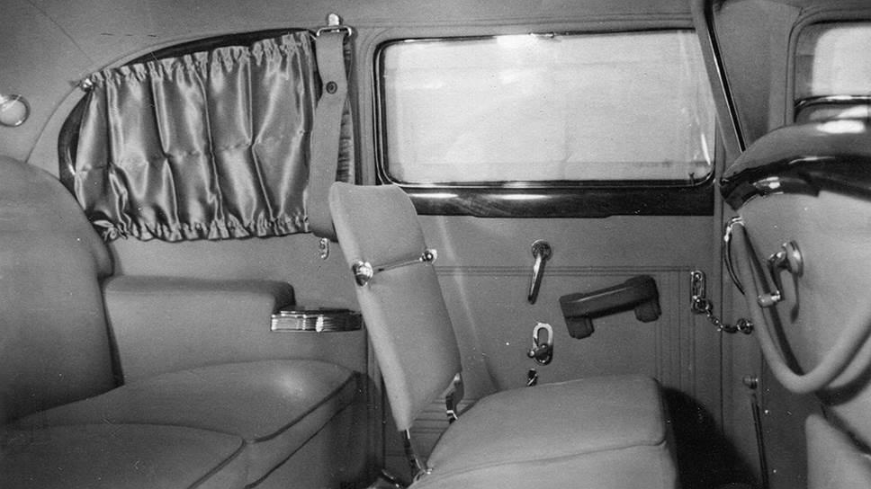 Пассажирский салон ЗИС-110СО. Фото сделано до правок Сталина и Власика: видны воздуховоды отопителя и ручка подъема стекла перегородки. На двери левее подлокотника – рычаг домкрата, поднимающего стекло, под ним – рукоятка крана для опускания стекла