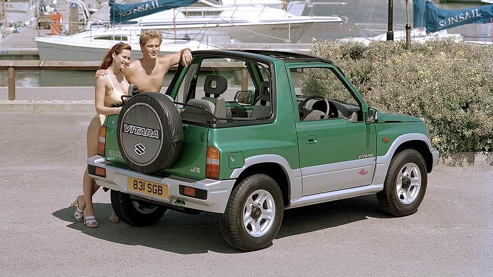 Фото Suzuki Vitara Cabrio из пресс-папки тех лет: модель с большой грудью рядом со светловолосым мужчиной — и никаких «бруталов» с «анорексичками». Машина праворульная и с британскими номерами – в Соединенном Королевстве внедорожник также продавался под именем Vitara.