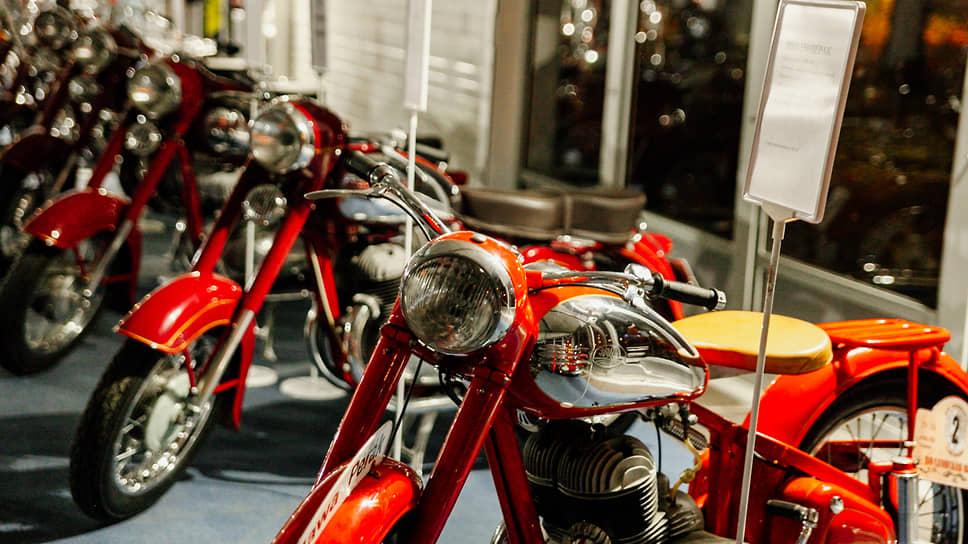 Свою историю марка Jawa ведет с учреждения Франтишеком  Янечеком в 1929 году в Праге небольшого производства мотоциклов по лицензии Wanderer. После окончания Второй мировой войны фирма стала государственным предприятием