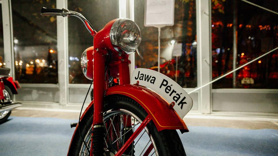 75 лет назад, в 1946 году, на Парижском международном автосалоне чешский завод по производству мотоциклов марки «Jawa» представил новую модель «Jawa-250 Perak». За мягкость хода он получил прозвище «Перак», что означает «пружинящий»