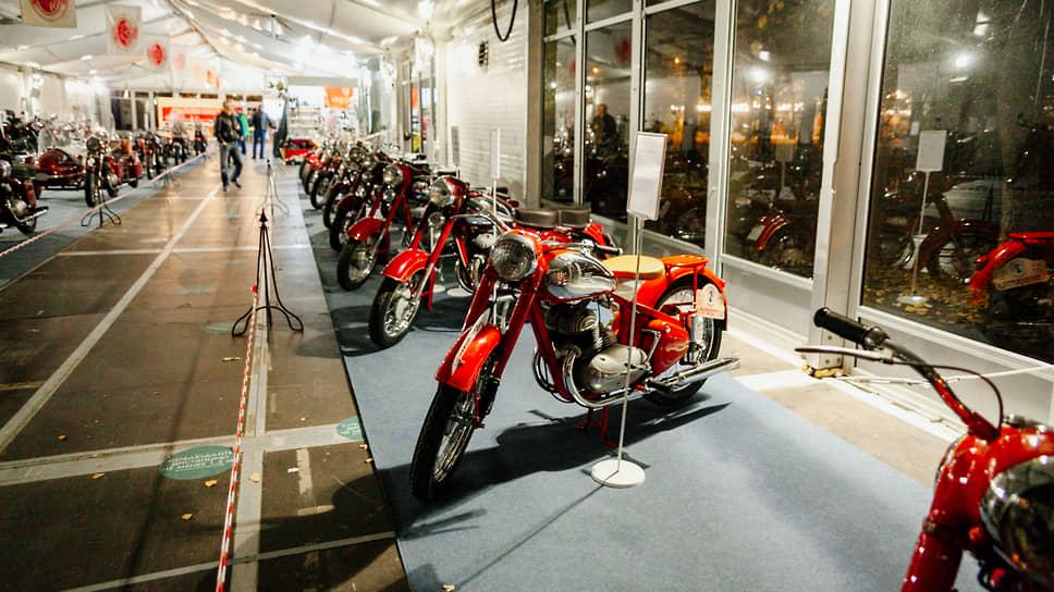 Создав этот мотоцикл Jawa-250, инженеры завода «Jawa» совершили техническую революцию в мировом мотоциклостроении, так как на этой модели впервые в мире была установлена телескопическая передняя вилка с гидравлическими амортизаторами