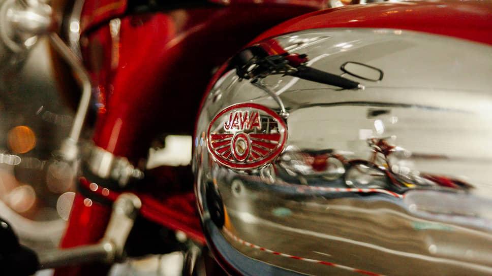 До Jawa-250 все производители мотоциклов применяли в их конструкции только тяжелые, многорычажные, подпружиненные передние вилки