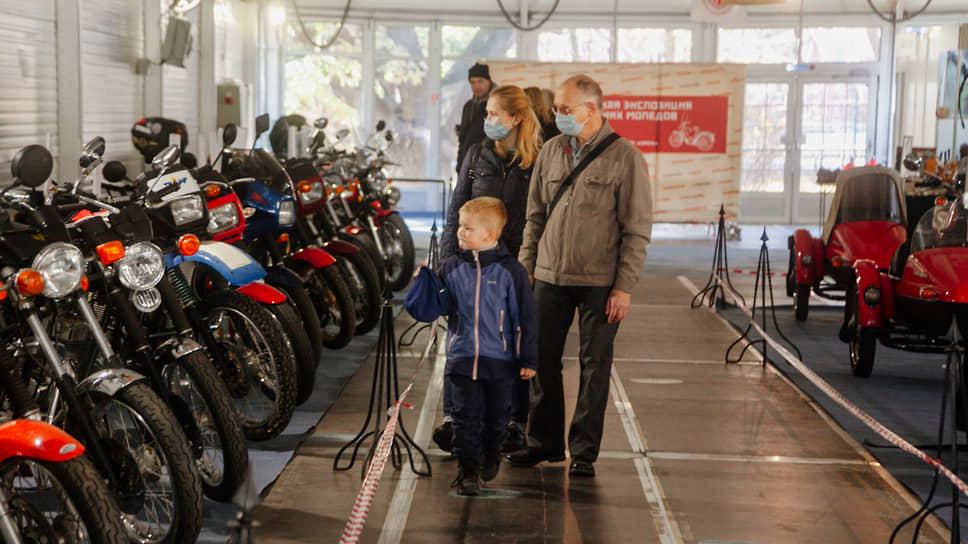Многие посетители приходят на выставку с детьми