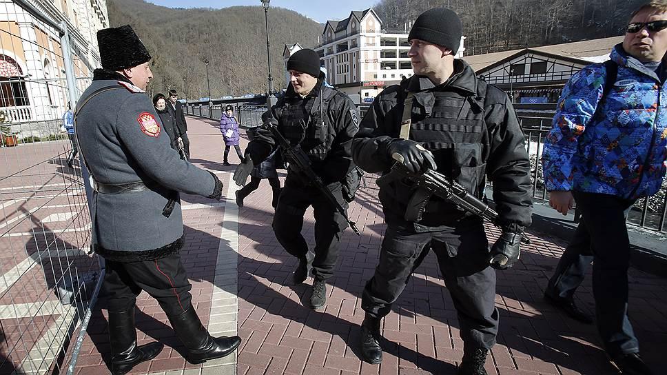 В аэропорту казаки приставлены встречать прилетающих, а в целом находятся в полном подчинении полиции