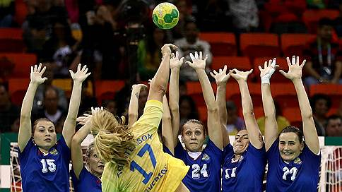 Гандболистки опять сыграли на нервах  / Третью подряд победу на Олимпиаде они одержали, проигрывая по ходу матча шесть мячей