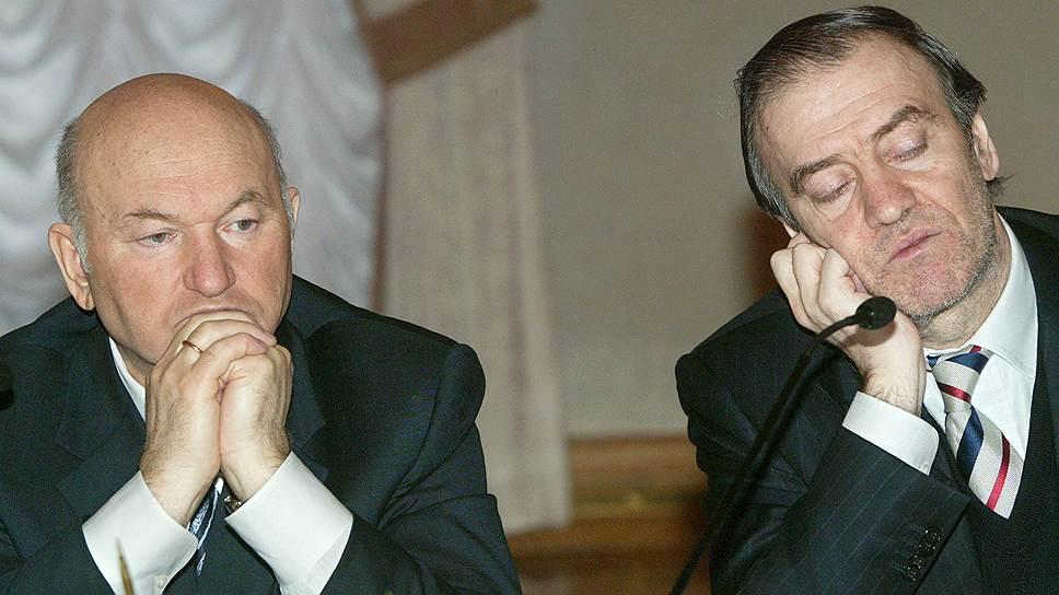Художественный руководитель Мариинского театра Валерий Гергиев (справа) на пресс-конференции, посвященной проведению в Москве III-го музыкального пасхального фестиваля, в Белом зале мэрии Москвы, 2004 год