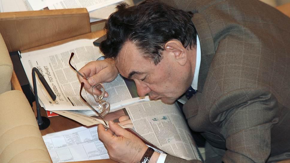 Депутат Госдумы читает газету перед началом заседания, 2006 год