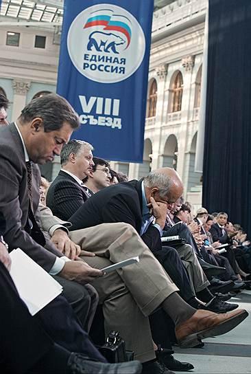 Кинорежиссер, депутат Госдумы Станислав Говорухин (наклонился) на съезде партии «Единая Россия» в Гостином Дворе, 2007 год