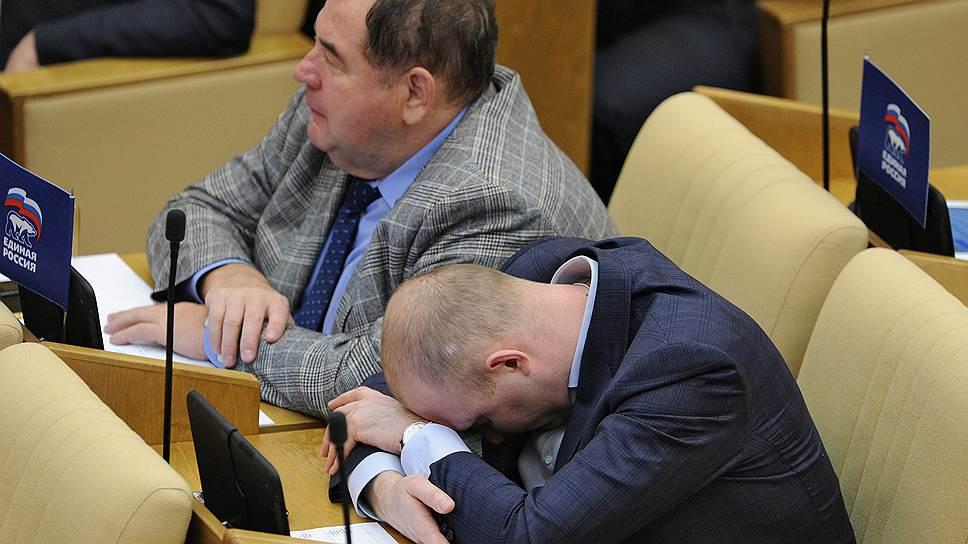 Заместитель председателя комитета Госдумы по делам национальностей Михаил Старшинов (справа) во время заседания, 2012 год