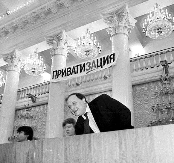 В ноябре 1991 года Егор Гайдар был назначен заместителем председателя правительства РСФСР по вопросам экономической политики. Именно ему выпало провести самые радикальные в новейшей истории России экономические реформы. Решение о либерализации цен с 1 января 1992 года было революционным для страны, 70 лет прожившей в условиях плановой экономики <br>На фото: с Анатолием Чубайсом (в центре), вице-премьером РФ в 1992–1994 годах