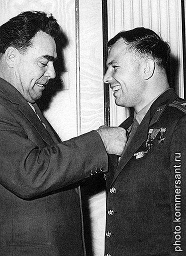 Юрий Гагарин и Леонид Брежнев