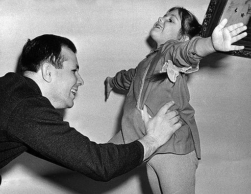 Юрий Гагарин с дочерью Еленой