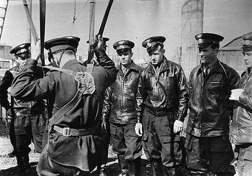 Юрий Гагарин (третий слева) на парашютной подготовке