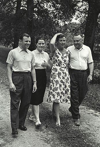 Слева направо: Юрий Гагарин, его жена Валентина, супруга Королева Нина и Сергей Королев