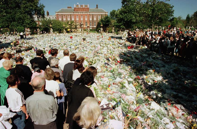 Смерть принцессы Дианы сильно потрясла англичан. Тысячи человек ежедневно приходили на площадь у Букингемского дворца, чтобы возложить цветы, зажечь поминальную свечу и написать несколько строк в книгу соболезнования. Прощание с Дианой длилось 10 дней