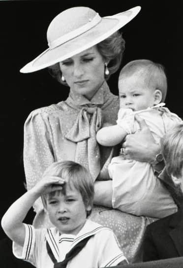 В браке с принцем Чарльзом у леди Дианы родилось двое сыновей — Уильям (1982) и Гарри (1984). В тот день, когда она вышла из роддома с новорожденным принцем Гарри на руках, журналисты назвали ее «идеалом материнства»
