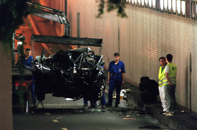 31 августа 1997 года автомобиль, в котором находились принцесса Диана и кинопродюсер Доди аль-Файед, попал в Париже, в тоннеле перед мостом Альма на набережной Сены, в катастрофу. Доди аль-Файед и водитель Анри Поль погибли мгновенно. Диана была доставлена в больницу, где позже скончалась. Существует несколько версий причин катастрофы: алкогольное опьянение водителя, необходимость уходить на скорости от преследований папарацци, а также различные теории заговора. Единственный, кто выжил в этой аварии — телохранитель Тревор Рис-Джонс —  не помнит событий