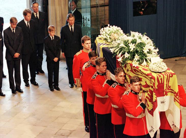 Принцесса Диана была похоронена 6 сентября 1997 года в семейном поместье Спенсеров Элторп в Нортгемптоншире, на уединенном острове посреди озера. По приказу принца Чарльза гроб леди Ди был накрыт штандартом — это привилегированная почесть, воздаваемая только членам королевской семьи. В день похорон была объявлена минута молчания во всем мире