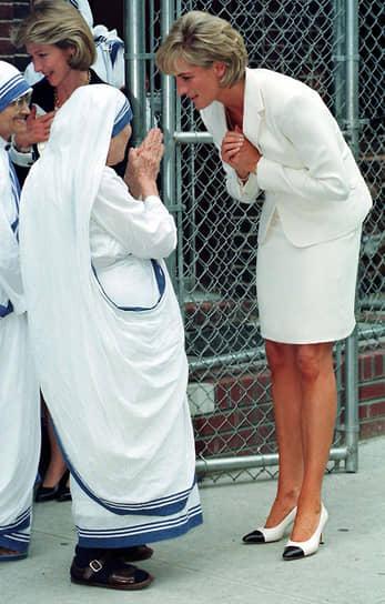 После развода Диана активно занималась благотворительной и миротворческой деятельностью, в частности была активистом борьбы со СПИДом и движения за прекращение производства противопехотных мин. Перед похоронами был учрежден Мемориальный фонд Дианы, принцессы Уэльской, призванный продолжить деятельность, которой принцесса занималась при жизни. Кроме того, известно, что перед самой смертью Дианы тогдашний премьер-министр Великобритании Тони Блэр рассматривал кандидатуру Дианы на пост официального посла доброй воли Великобритании <br>На фото: с матерью Терезой в 1992 году