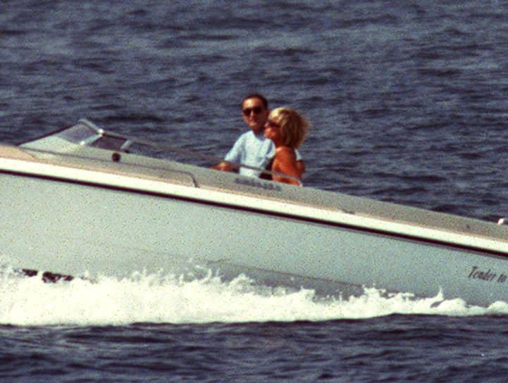 В июне 1997 года в прессе появились слухи о том, что Диана начала встречаться с кинопродюсером Доди аль-Файедом, сыном египетского миллиардера Мохаммеда аль-Файеда. Этот факт не подтвердил ни один из близких Диане людей. Однако позже Мохаммед аль-Файед на суде заявил о причастности британских спецслужб и королевской семьи к гибели Дианы и его сына. Выступая с показаниями по этому делу в Королевском суде Лондона, аль-Файед сказал, что Диана лично сообщила ему по телефону о своей беременности и помолвке с Доди аль-Файедом. Именно это, как утверждает египетский бизнесмен, и стало причиной аварии, организованной британскими спецслужбами при содействии французских коллег