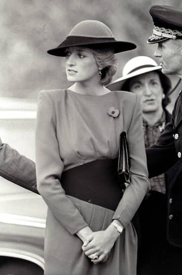 В декабре 1992 года премьер-министр Великобритании Джон Мейджор объявил о решении принца и принцессы Уэльских расстаться. Годом позже в одном из интервью принц Чарльз признался ведущему Джонатану Димблби, что был неверен Диане. В ответ на это принцесса объявила о временном прекращении публичной деятельности, так как ей требовалась «передышка». Вскоре королева рекомендовала паре развестись