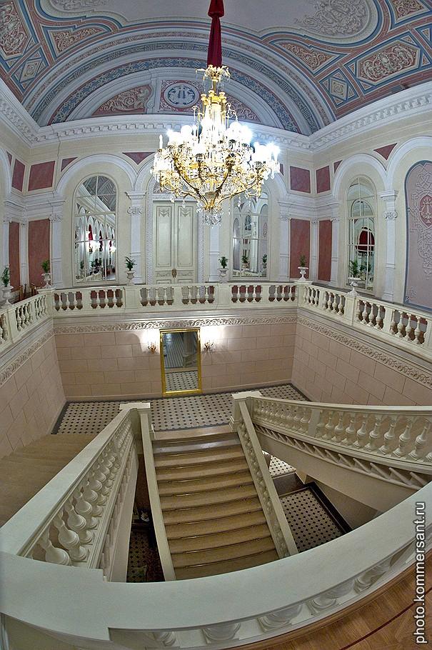 Лестница в белое фойе