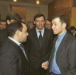 Слева направо: Евгений Швидлер, Олег Дерипаска и Роман Абрамович. 2001 год
