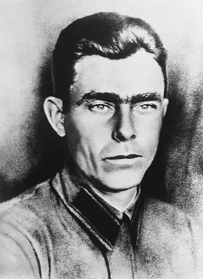 Леонид Брежнев, курсант бронетанковой школы.