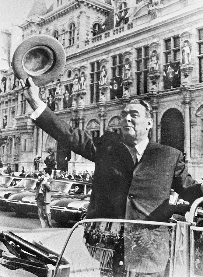 Леонид Брежнев отвечает на приветствия парижан, собравшихся у здания ратуши.