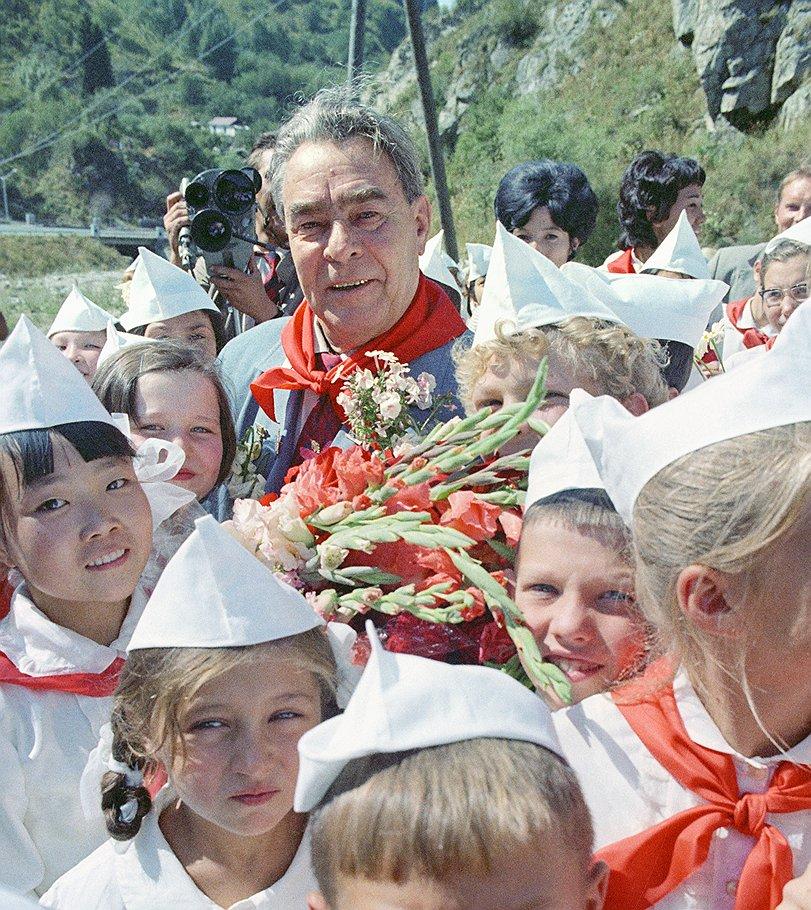 Генеральный секретарь ЦК КПСС Леонид Брежнев среди пионеров Алма-Аты.