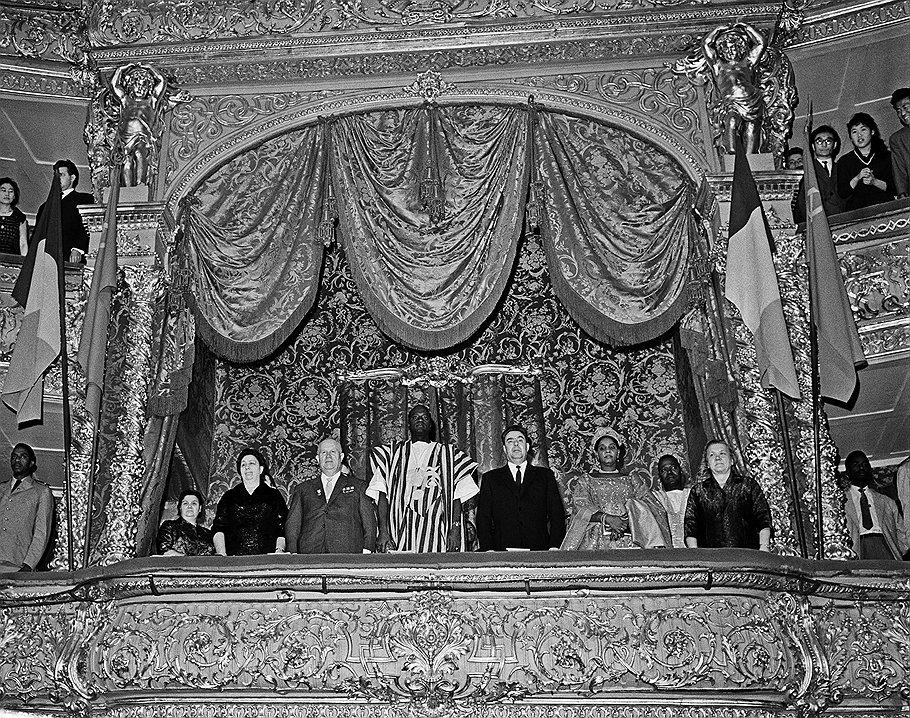 Первый секретарь ЦК КПСС Никита Хрущев, председатель президиума Верховного Совета СССР Леонид Брежнев и  президент, глава правительства Республики Мали Модибо Кейта с супругами в правительственной ложе Большого театра Союза ССР.