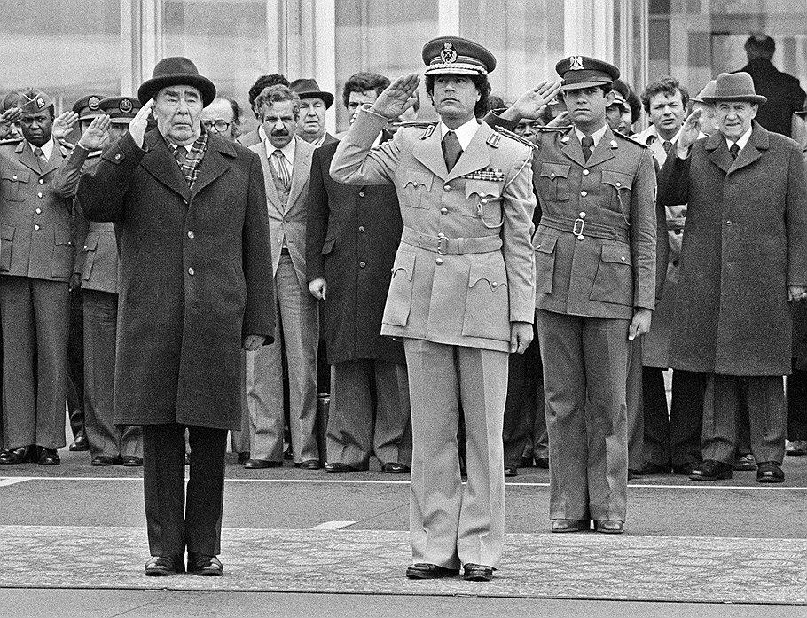 Генеральный секретарь ЦК КПСС Леонид Брежнев и руководитель Социалистической Народной Ливийской Арабской Джамахирии Муамар Каддафи во время встречи на Внуковском аэродроме.
