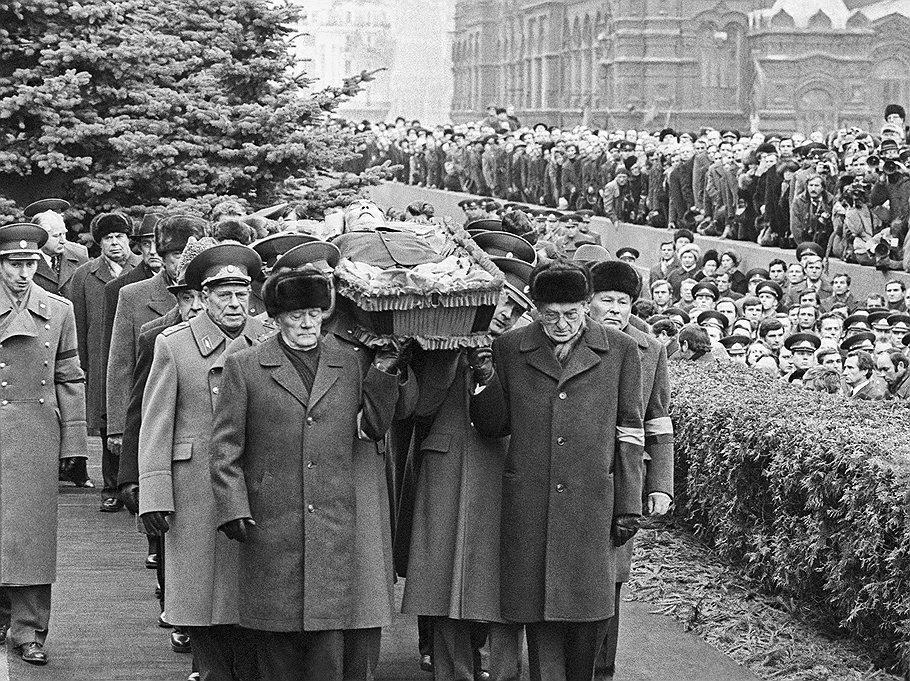 Руководители Коммунистической партии и Советского государства несут гроб с телом Генерального секретаря ЦК КПСС, Председателя Президиума Верховного Совета СССР Леонида Ильича Брежнева к Кремлевской стене.
