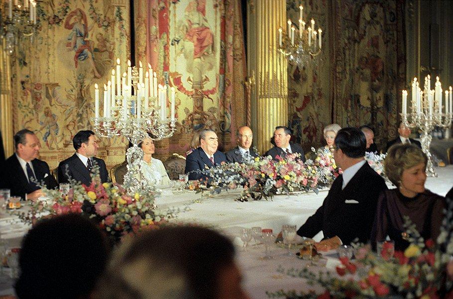 Генеральный секретарь ЦК КПСС Леонид Брежнев и президент Франции Жискар Д`Эстен во время приема в Елисейском дворце.