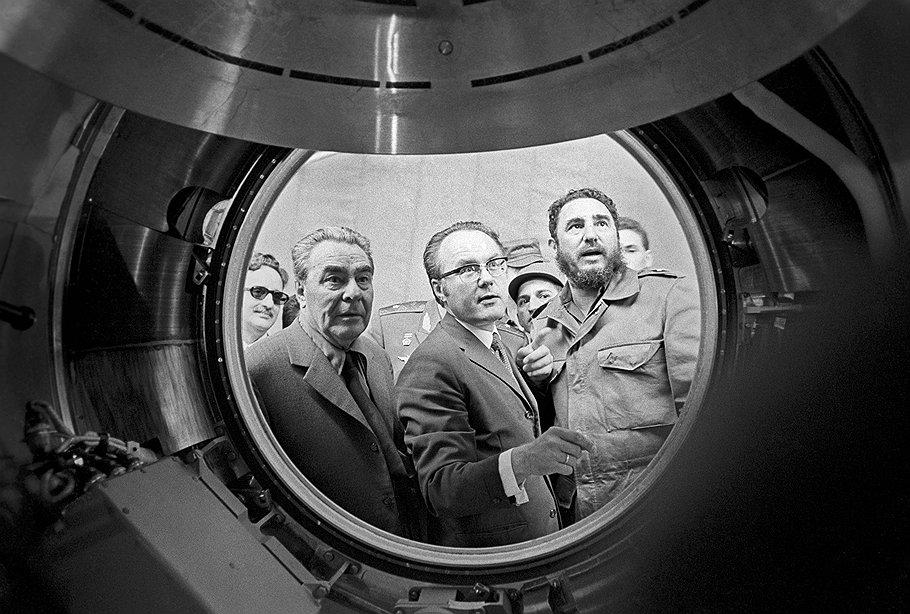 Генеральный секретарь ЦК КПСС Леонид Брежнев и Первый секретарь ЦК Компартии Кубы Фидель Кастро Рус во время посещения Центра подготовки космонавтов имени Ю.А.Гагарина.