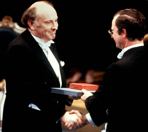 В 1987 году Иосиф Бродский стал лауреатом Нобелевской премии по литературе, которая была присуждена ему «за всеобъемлющее творчество, проникнутое ясностью мысли и поэтической интенсивностью» <br>На фото: король Швеции Карл XVI Густав вручает Бродскому Нобелевскую премию
