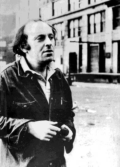 В августе 1961 года писатель Евгений Рейн познакомил 21-летнего Иосифа Бродского с Анной Ахматовой. Позже Бродский несколько раз приезжал к поэтессе в Комарово и, как потом говорил, «в один прекрасный день, возвращаясь от Ахматовой в набитой битком электричке, я вдруг понял — знаете, вдруг как бы спадает завеса — с кем или, вернее, с чем я имею дело»