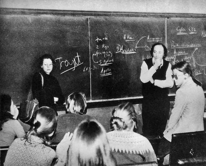 В 1962 году 22-летний Иосиф Бродский встретил молодую художницу Марину Басманову. У них начался долгий роман, и с этого времени Басмановой, скрытой под инициалами «М. Б.», посвящались все лирические произведения поэта. Молчаливая, казавшаяся застенчивой Басманова, отказывалась выйти замуж за Бродского. В 1967 году у Марины Басмановой и Иосифа Бродского родился сын — Андрей Басманов. Несмотря на это, Басманова отказалась уехать из страны вместе с поэтом, и он был вынужден эмигрировать один