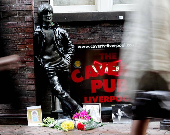 В Ливерпуле на улице Mathew Street у Cavern Club установлен памятник Джону Леннону