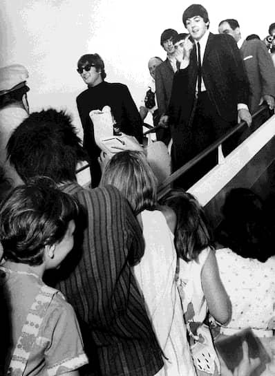 The Beatles дали свой первый концерт в 1961 году в ливерпульском клубе Cavern, где за три года группа в итоге сыграла более 250 концертов. В 1963 году четверка выпустила первую пластинку, а мировую славу группе принес третий альбом Hard Day's Night, выпущенный годом позже. 15 октября 1963 года в The Daily Mirror вышла статья о концерте The Beatles в Челтнеме. Журналисты, описывая поведение поклонников, употребили слово «битломания». Этот термин был подхвачен другими СМИ