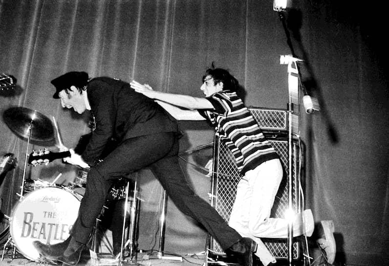 На одном из концертов в Италии на сцену выбежал фанат группы (на фото), желающий обнять Джона Леннона