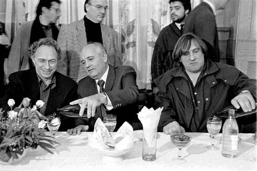 В мае 1985 года, через пару месяцев после того, как Михаил Горбачев стал генсеком ЦК КПСС, вышли знаменитые постановления «О мерах по преодолению пьянства и алкоголизма». Виноградники было приказано уничтожить, цены на алкоголь резко выросли, а в очереди за выпивкой можно было провести несколько часов. Кампания была свернута через два года из-за массового недовольства<br> На фото: экс-президент СССР Михаил Горбачев, актеры Пьер Ришар (слева) и Жерар Депардье в 1993 году