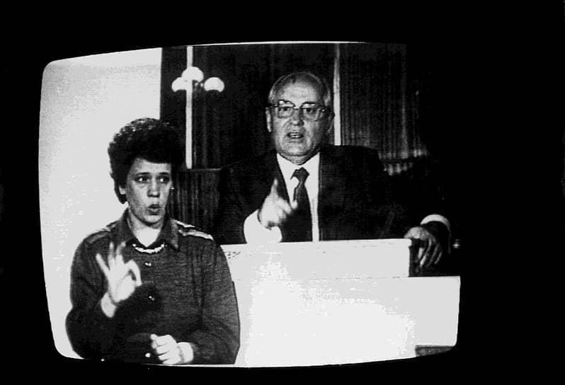 «Видимо, товарищи, всем нам надо перестраиваться. Всем»<br> Впервые термин «перестройка» был употреблен Михаилом Горбачевым в мае 1986 года во время визита в Ленинград, где он анонсировал начало общественно-политических реформ. Но первый этап перестройки стартовал годом ранее с антиалкогольной кампании и начала «борьбы с нетрудовыми доходами» — коррупцией. В марте 1990 года на третьем съезде народных депутатов Михаил Горбачев был избран президентом СССР