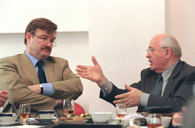 «Я всегда читаю газеты; телевидение все больше и больше не хочется смотреть»<br> В 2002 году «Горбачев-фонд» принял участие в конкурсе по замещению частоты, принадлежавшей ТВ-6. В конкурсе приняли участие 13 организаций, в том числе — некоммерческое партнерство «Медиа-Социум», в состав которого вошло ЗАО «Шестой канал», который учредил бывший коллектив ТВ-6 во главе с Евгением Киселевым. «Медиа-Социум» стал победителем конкурса<br> На фото: генеральный директор НТВ Евгений Киселев (слева) и первый президент СССР Михаил Горбачев в 2001 году