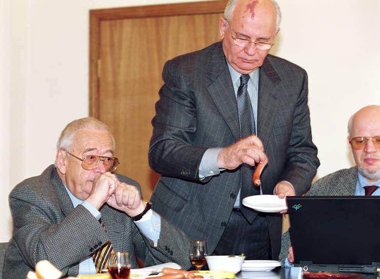 В 2000 году Михаил Горбачев был избран председателем Российской объединенной социал-демократической партии, объединившейся в 2001 году с Российской партией социальной демократии, вновь под руководством экс-президента СССР. Она была распущена в 2007 году решением Верховного суда РФ. Часть ее членов перешла после этого в партию «Справедливая Россия»<br> На фото: главный редактор «Общей газеты» Егор Яковлев (слева) и Михаил Горбачев в 2001 году