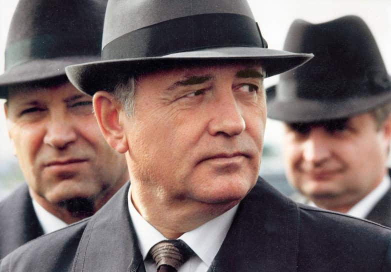 В 1952 году Михаил Горбачев вступил в КПСС и всего за три года дослужился до поста первого секретаря Ставропольского крайкома. В 1978 году он был переведен в Москву и занял пост секретаря ЦК КПСС, а через два года стал членом Политбюро. В 1985 году на мартовском пленуме ЦК КПСС Михаил Горбачев был официально избран генеральным секретарем ЦК