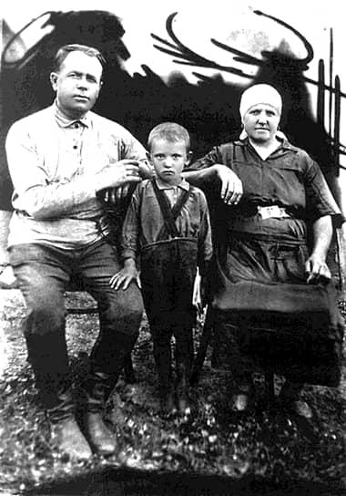 Михаил Горбачев родился 2 марта 1931 года в селе Привольное Ставропольского края в русско-украинской крестьянской семье. В детстве Михаил большую часть времени прожил в доме деда по материнской линии Пантелея Ефимовича Гопкало и бабушки Василисы Лукьяновны