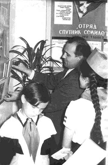 «Первые недели и месяцы чувствовал себя не очень уютно. Cопоставьте: село Привольное и Москва. Слишком велика разница и слишком большая ломка. Для меня, выросшего в деревне, Москва представлялась громадиной, гигантским городом. И сегодня живо охватившее меня тогда чувство волнения» <br> В 19 лет Михаил Горбачев, учившийся на тот момент в десятом классе, стал кандидатом в члены КПСС. В 1950 году он с серебряной медалью окончил школу и без экзаменов поступил на юридический факультет МГУ